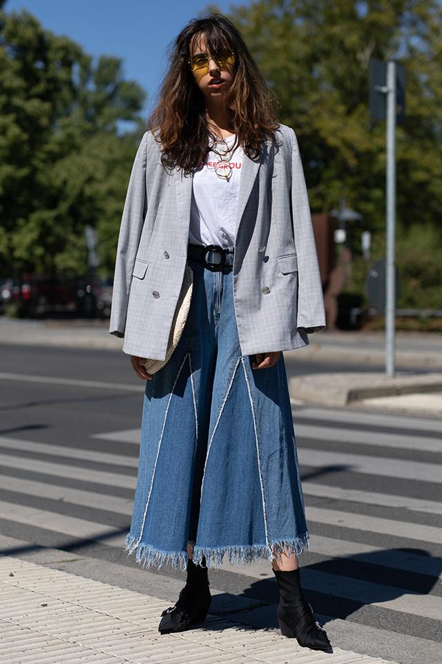 Tシャツ×デニムスカートのカジュアルなスタイルには、ジャケットを肩織りで取り入れて。こなれ感が出て、おしゃれ指数がアップする。足元はブラックにまとめてきちんと感を忘れずに。