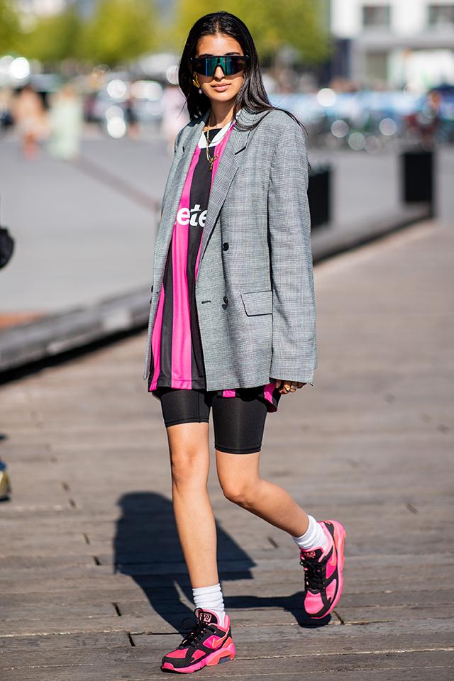 この秋は、ワークアウトスタイルにジャケットを合わせるスタイルがトレンド。ブラックとピンクの2トーンコーデには、相性がいいグレーのジャケットを。ほど良いビッグシルエット感が雰囲気あり!