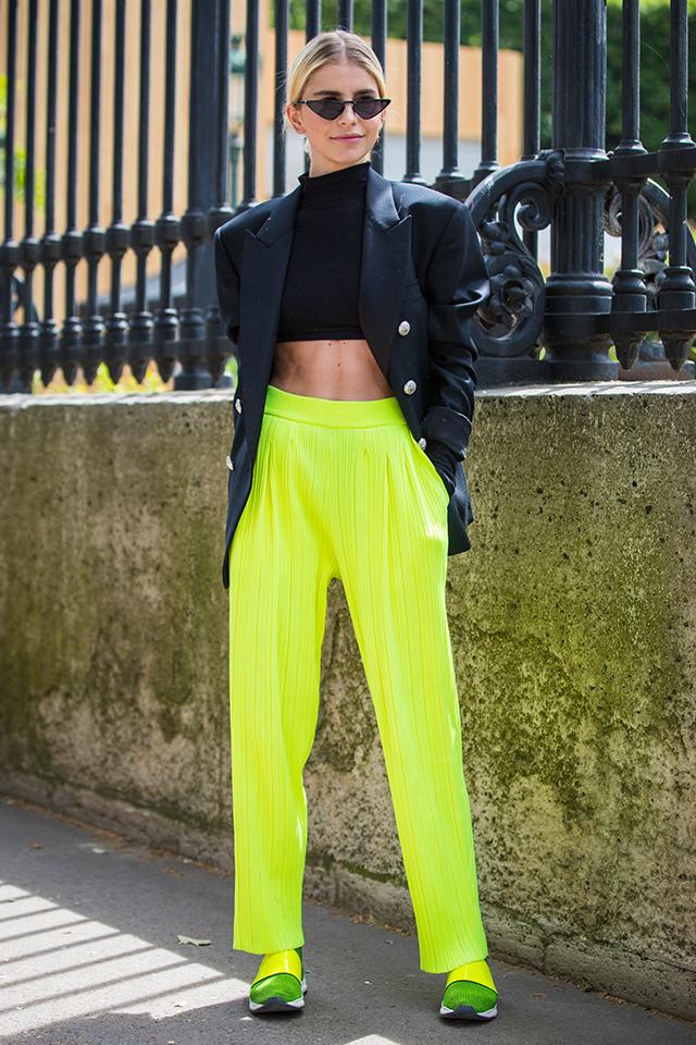 目立ち度マックスのネオンイエローのラフなパンツには、ビッグショルダーのジャケットをスタイリング。カチッとした印象を演出しながら、トレンド感あるラフな雰囲気が漂う。シャープなサングラスも効果的。
