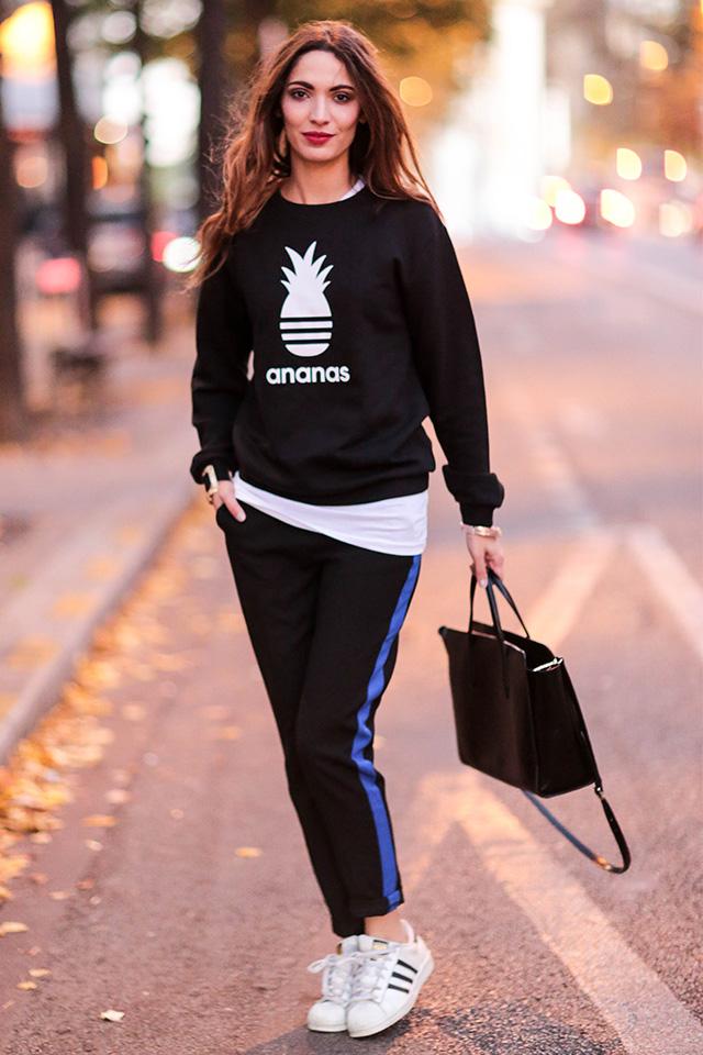 超カジュアルなスウェット&ジャージースタイルもカラーづかいでハイストリートな印象に。ラグジュアリーなハンドバッグがスタイルのポイントに。