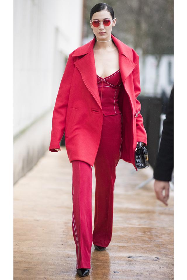 人気モデルベラ・ハディッドは、胸元が大胆なデザインのジャンプスーツを愛用。ボディラインに沿うタイトなシルエットならフェミニンな雰囲気に。ブラック小物で全体を引き締めるのが◎。