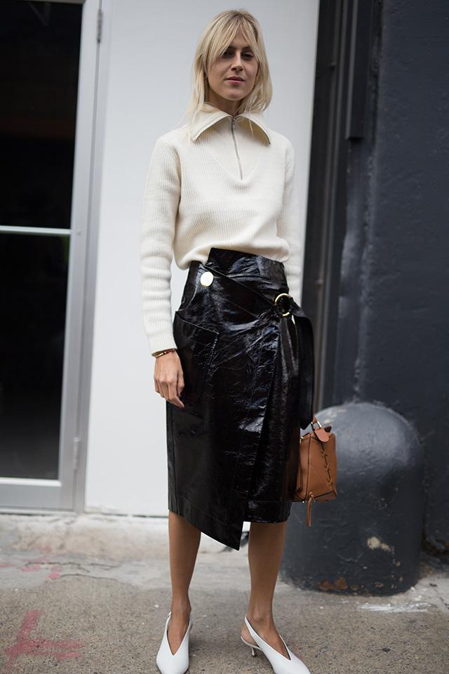 人気ブロガーのリンダ・トールはジップアップデザインのニットに、光沢感あるレザースカートを合わせてスパイスをプラス。シンプルデザインの時は、アクセントになるアイテムと組み合わせて垢抜けスタイルに。