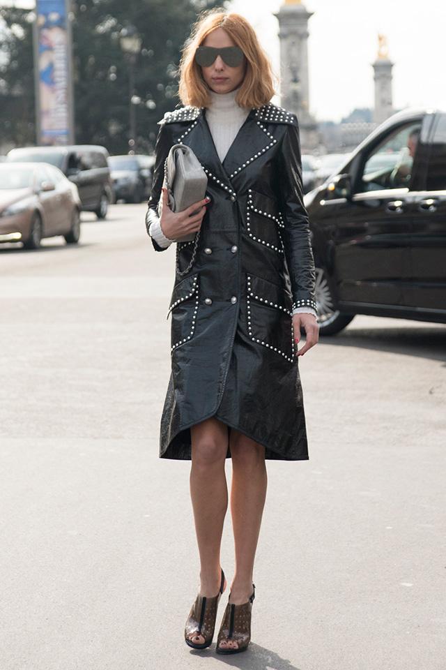 スタッズのパイピングが特徴的なレザーコートは、ワンピースっぽく着こなして、スマートレディに仕上げたい。その他のアイテムはシンプルなものでまとめてコートを目立たせて。近未来的なサングラスがモードな雰囲気を高めてくれる。
