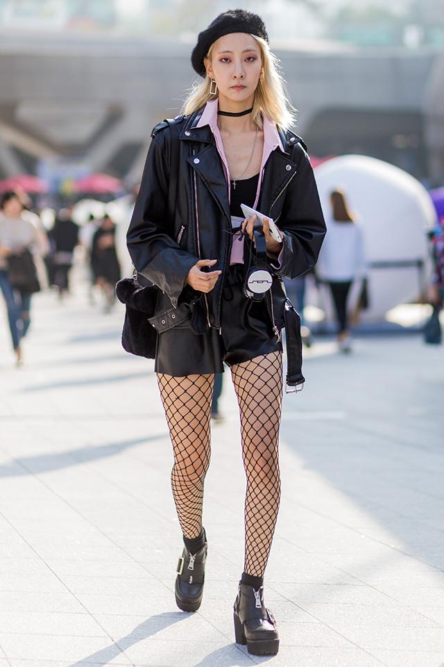 レザーアイテムのセットアップ風のコーディネートが新鮮。クールになりすぎないように、パウダーピンクのシャツをインしたセンスは真似したい。チョーカーや網タイツ、ベレー帽などの小物使いにもこだわりを感じる♪