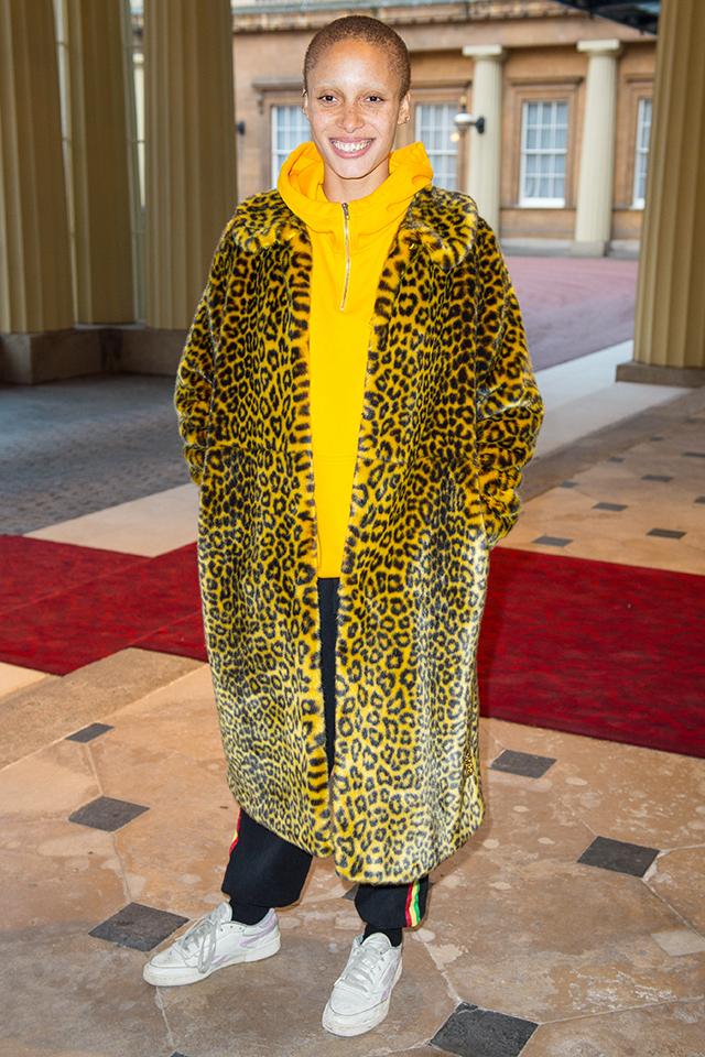 人気モデルのアジョア・アボアーはインパクト絶大なレオパード柄のファーコートを、サイドラインパンツと合わせてスポーティな印象に。インナーのパーカも、コートと同じ色をチョイスして目立っちゃおう!