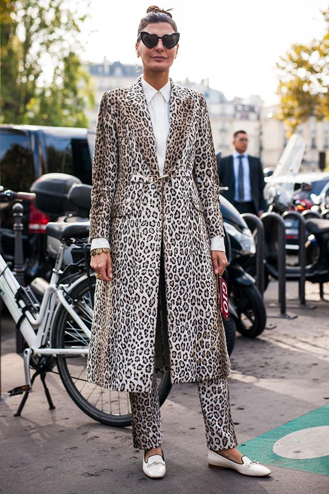 全身で柄を取り入れたスタイルはおしゃれ上級者ならでは! ボタンときちんとしめたシャツの着こなしや、清楚間のあるホワイトカラーのローファーで品よくまとめるのが鍵。ユニークなデザインのサングラスも効いている。