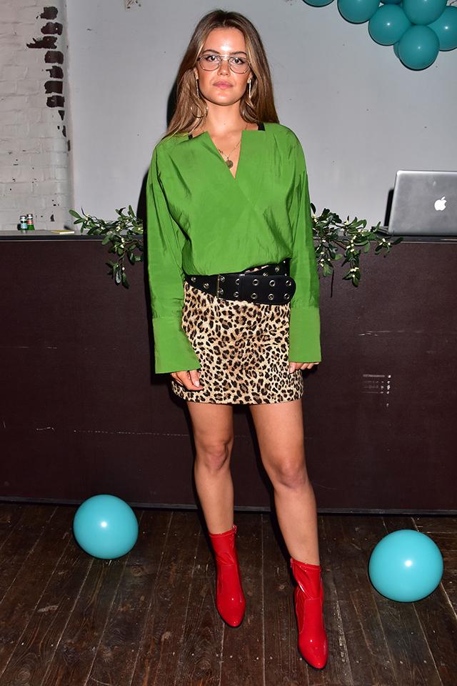 ハリ感のあるグリーンのシャツに、レオパード柄のミニ丈スカート+ハードなベルトでスパイスをトッピング。ギーク調のメガネでさりげなくファニーさを取り入れたミックススタイル♪