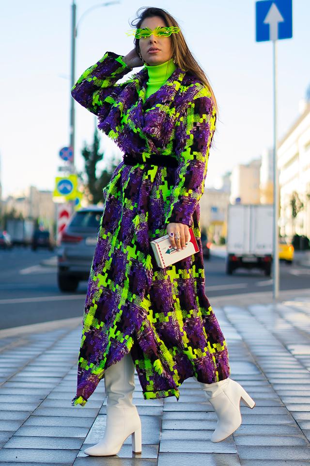 ストリートで目立つこと間違いなしのネオンカラーチェックのロングコートは、ワンピースのようにスタイリング。インナーやサングラスをセイムカラーで合わせたところもGOOD!