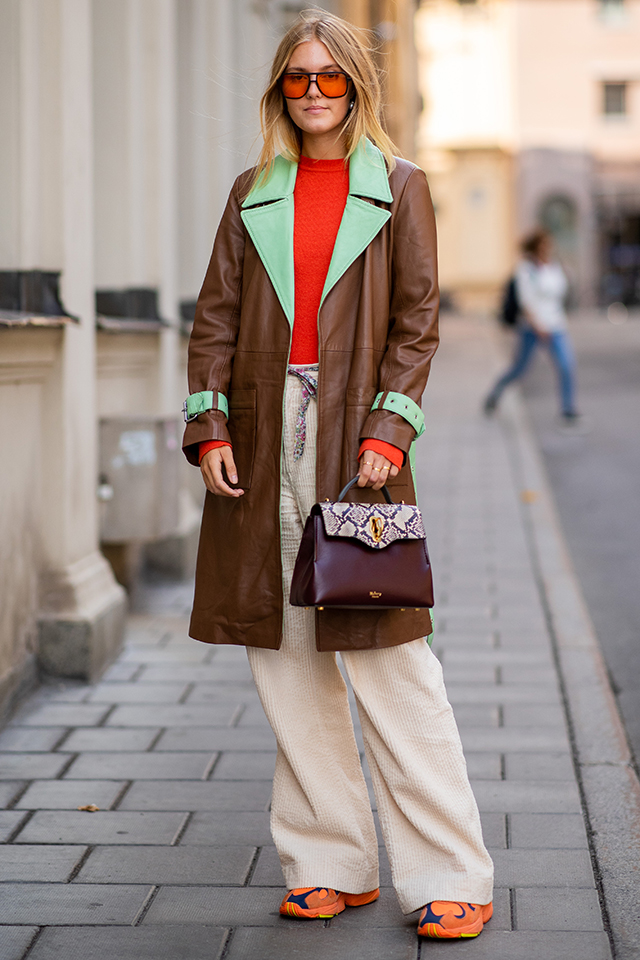 2トーンカラーのコートは、レトロポップな雰囲気が可愛い! スポーティなエッセンスで今っぽさを出しつつも、そのミックス感はおしゃれ上級者のセンスならでは。どこかファニーな表情のサングラスもナイス。