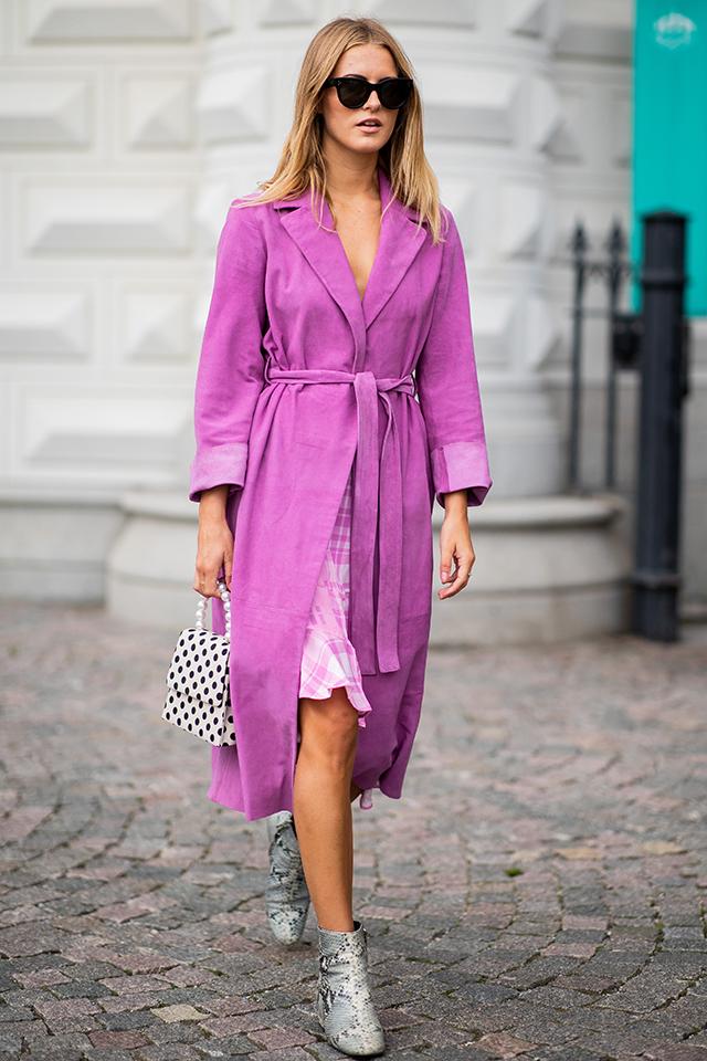 フェミニンな雰囲気が纏えるパープルカラーのロングコートは、ラフさを残した着こなしで。ガーリーなデザインのバッグや、クールな表情のシューズなど、小物の合わせ方で個性をプラスして。