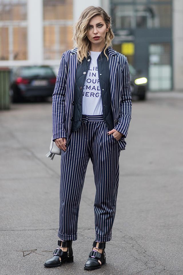 マニッシュスタイルの初級者はセットアップでスーツルックからトライしてみて。Tシャツの上にインナーを重ね着してしっかり防寒しつつも、インナーのカラートーンをセットアップと合わせることでシャープな印象を演出している。