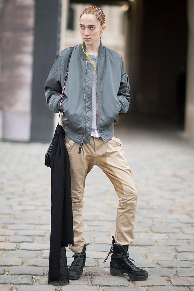 ダウンウエストで履いたボトムのルーズさと、ハードなワークブーツのコンビネーションがかっこいいワークスタイルを披露したのは、モデルのテディ・クインリヴァン。遊び心あるヘアスタイルもグッド♪
