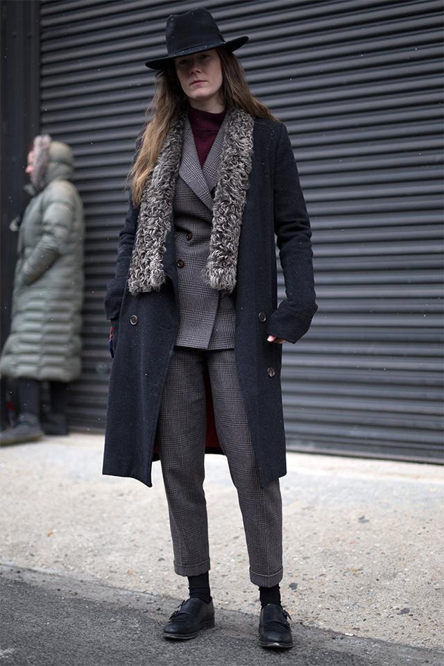 ヴィンテージライクなコートは、そのデザイン性の高さで、なにげないスタイルもモードにアップデートしてくれる。裾が切りぱなっしだから、ラフなスタイルにもハマるマルチさが魅力的