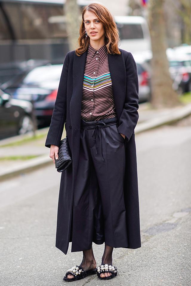 映画『サンローラン』にも出演する人気モデルのエイメリンは、マニッシュスタイルがお得意。シャツのボタンをすべて閉めて、ラフなスタイルの中にもきちんと感を。足元はフェミニンな印象のサンダルをイン!