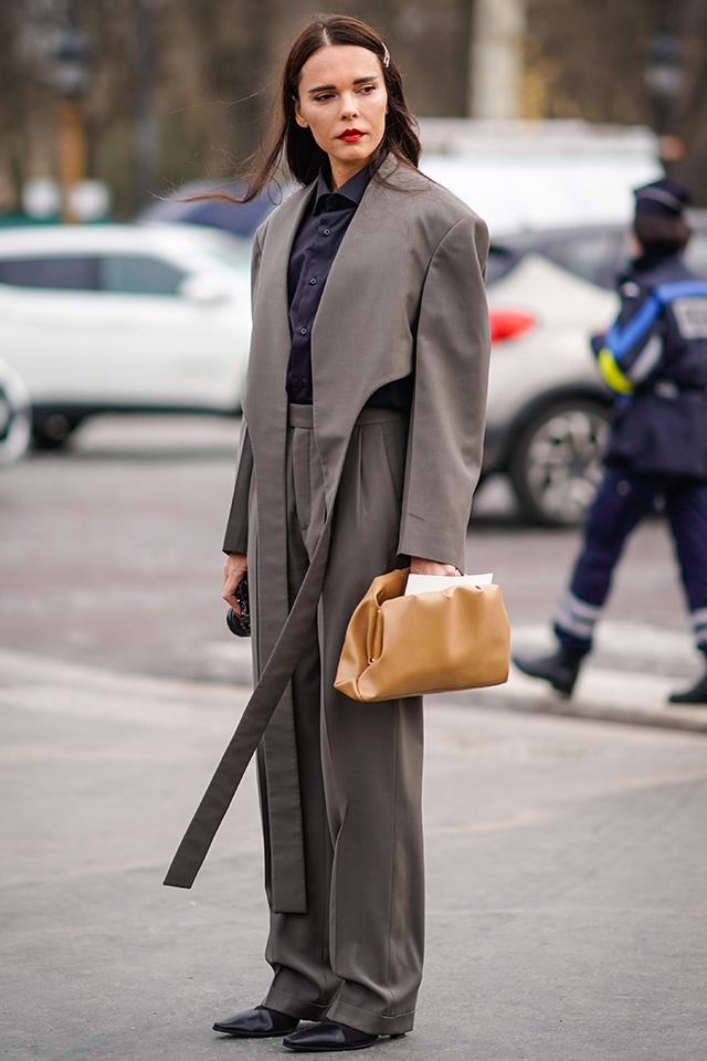 マニッシュスタイルのスタンダード、スーツルックは、変形ジャケットで個性をアピール。ダークなカラーリングも男前さを高めてくれる。シャイニーなクラッチバッグやレッドリップでさり気なく女性らしさをプラス。