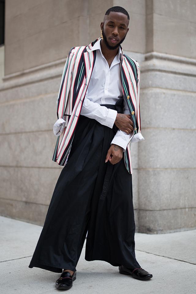 シャツ×ジャケットのきちんとしたスタイルを、超ワイドなパンツでハズしつつも、足元にはローファーをイン。カチッと感でサンドしたスタイリングがセンスあり。どこかジェンダーレスな雰囲気が◎。