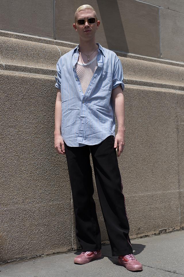 ボタンを大胆に外したシャツのインナーにはメッシュのトップスをレイヤード。リラックスムードな、等身大のスタイルながら、こだわりを感じるコーディネイトが素敵。ワイドすぎないラフなシルエットがおしゃれに見える決め手。