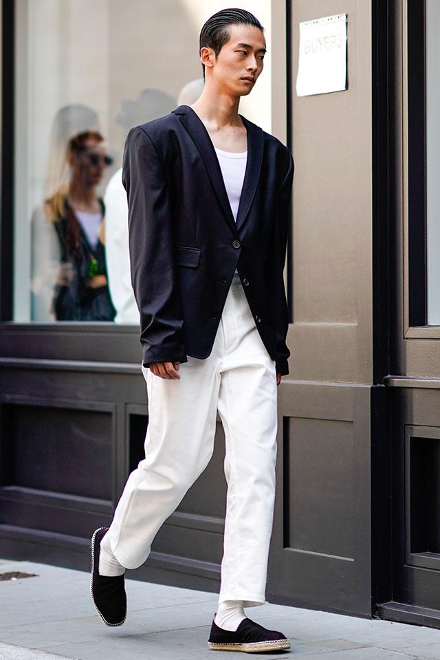 80'sを彷彿とさせるオーバーショルダーのジャケットは、タキシードをアレンジしたようなシックなデザインがおしゃれ。プレーンなホワイトパンツでラフにまとめて、ストリート感を演出して。