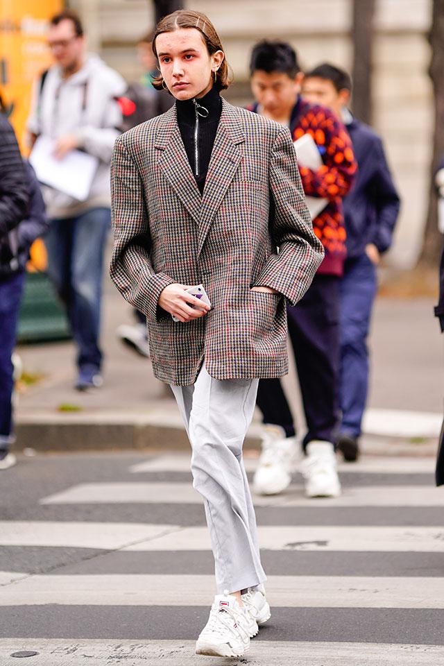 チェック柄のジャケットはカジュアルなストリートスタイルにカチッとした印象をプラスしてくれる。あえてワンサイズ大きめをチョイスして、シルエットにメリハリを出すセンスは真似したい。