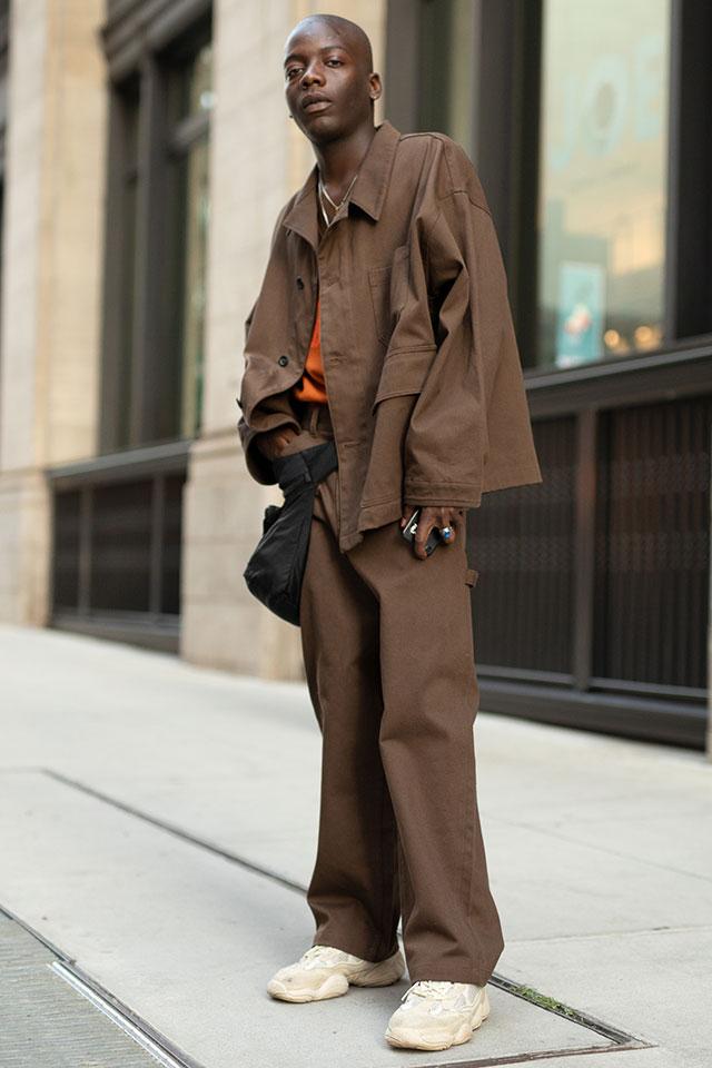 ビッグシルエットのジャケットはラフな雰囲気を活かしてストリートスタイルに。シンプルなコーディネイトだけど、ブラウンカーキにオレンジの差し色や、履きなれたスニーカーがこなれ感を演出。