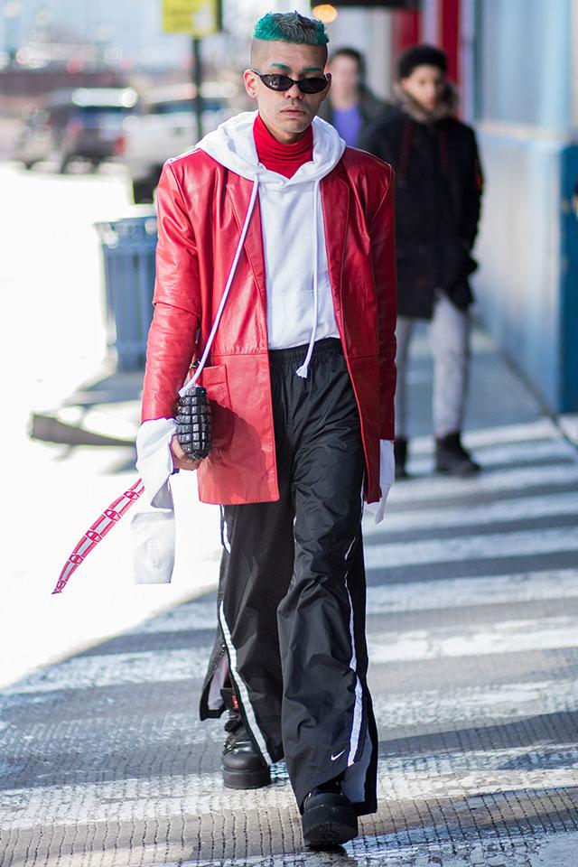 サイドラインパンツ×フーディーのスポーティなコーディネイトに、インパクトカラーのレザージャケットをオン。ミックステイストがおしゃれ指数を高める。グリーンからのモヒカンヘアや眉毛もクール!
