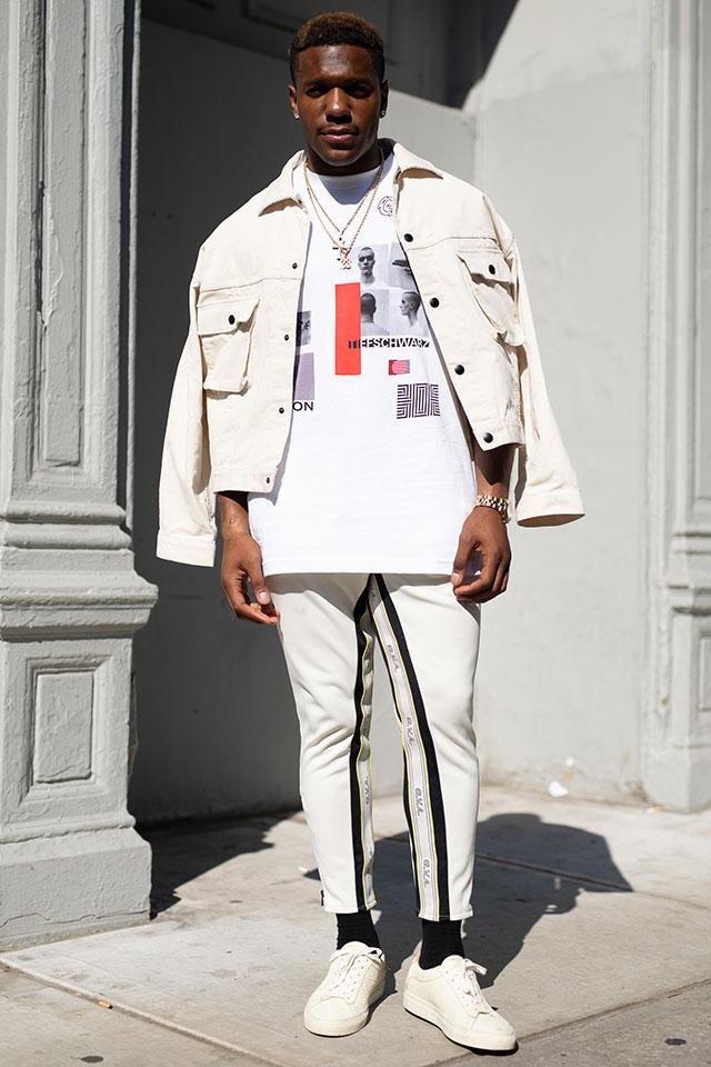 白をベースにしたモノトーンルックがかっこいい。1点1点のアイテムにデザイン性があるから、そのままスタイリングするだけでおしゃれに仕上がる。ショート丈のジャケットは肩に羽織って抜け感を作って。