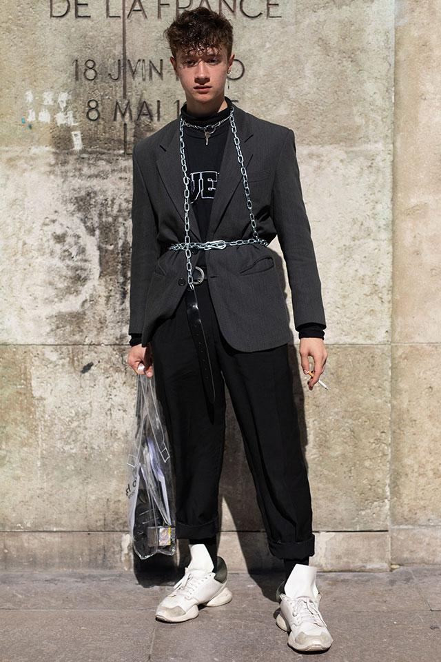 ルーズなシルエットのブラックコーデは、ハーネスのように取り入れたチェーンでジャケットの上からウエストマーク。シルエットにメリハリをつけて。PVC素材のバックやホワイトカラーのスニーカーで軽やかさも忘れずに。