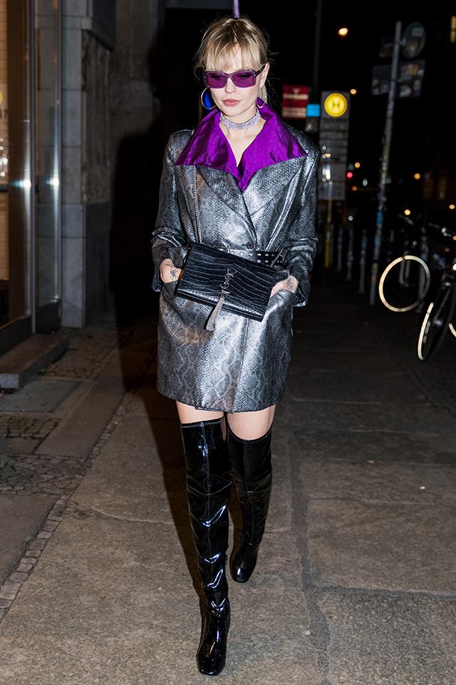 スネーク柄のコートを、光沢感のあるシャツ&ニーハイブーツとスタイリング。素材で遊んだ時は、ベーシックなコーディネイトにまとめることがおしゃれに見えるコツ。シャツとカラーを合わせたサングラスも効果的。