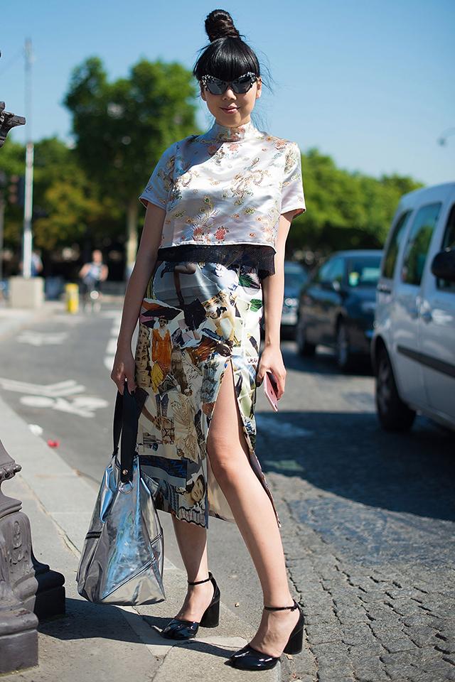 ファッションブロガーのスージー・バブルは、オリエンタルムード漂うメタリックトップスを愛用。インパクトあるアイテムだからこそ、ハイネックのベーシックなシルエットをチョイスして。ショート丈だからスタイリングしやすいのもGOOD♪