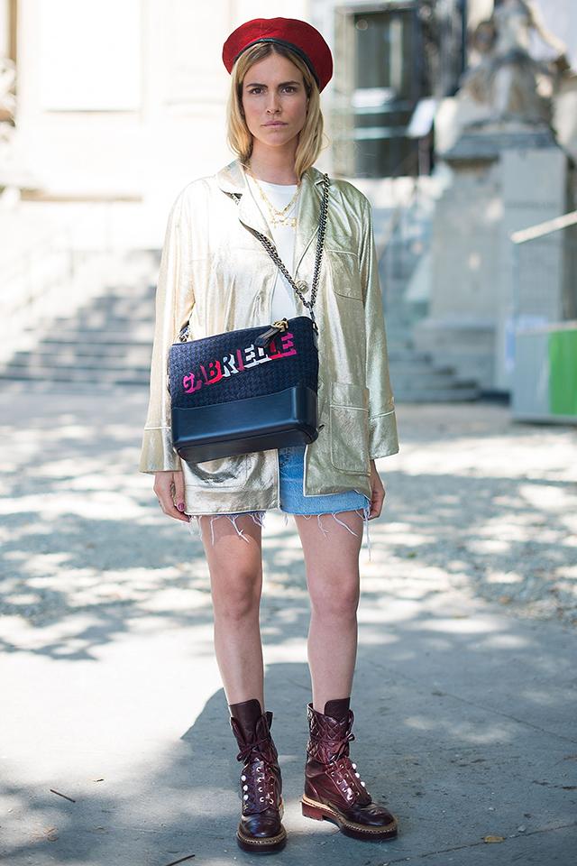 ファッショニスタの定番、Tシャツ×デニムスタイルにメタリックアイテムを投入すると変化が出て、グッと洗練された雰囲気に。この秋冬のトレンド小物、ベレー帽の使い方にも注目して。