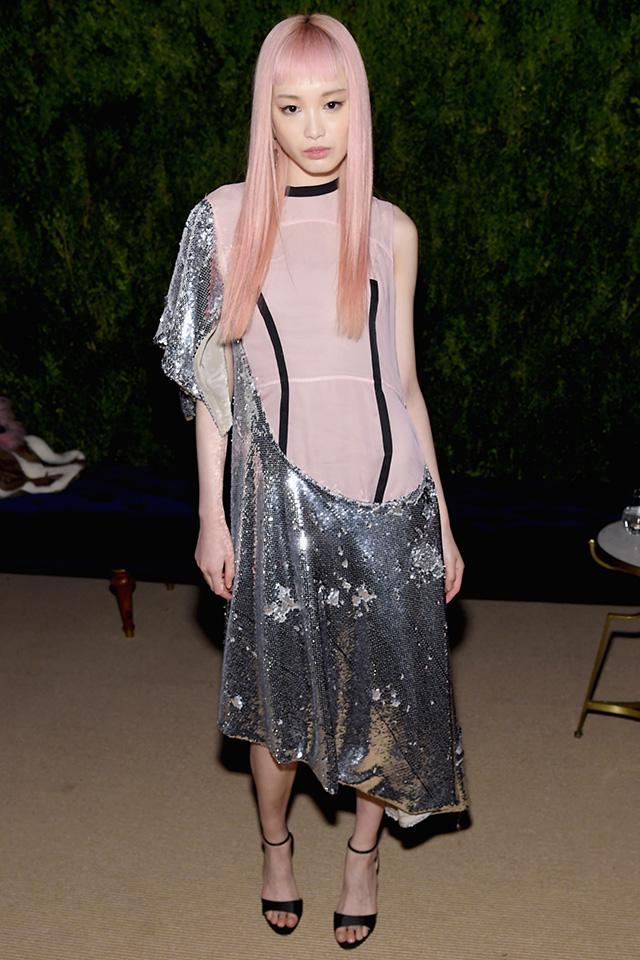 ピンクヘアがトレードマークの人気モデル、フェルナンダ・リーは、そのヘアカラーとリンクするピンク×メタリックのドレススタイルを披露。シンプルだからこそ、切り替えデザインが活きてくる!