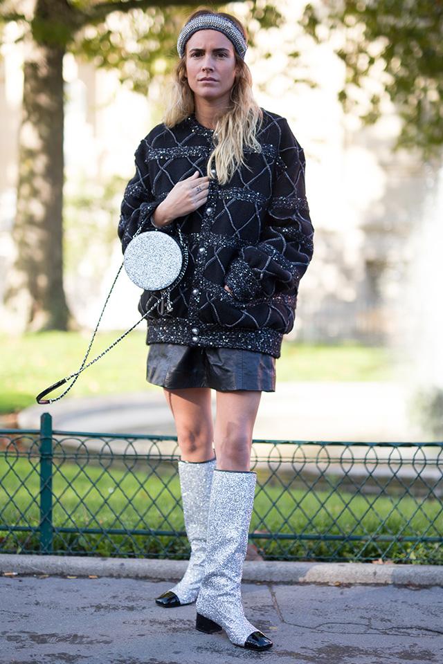ヘアバンド、バッグ、ブーツと、小物でメタリックデザインを取り入れたのがセンスあり! ファッショニスタの定番、ブラックコーデのアクセントにもなるし、気慣れたスタイルも新鮮に見せてくれる。