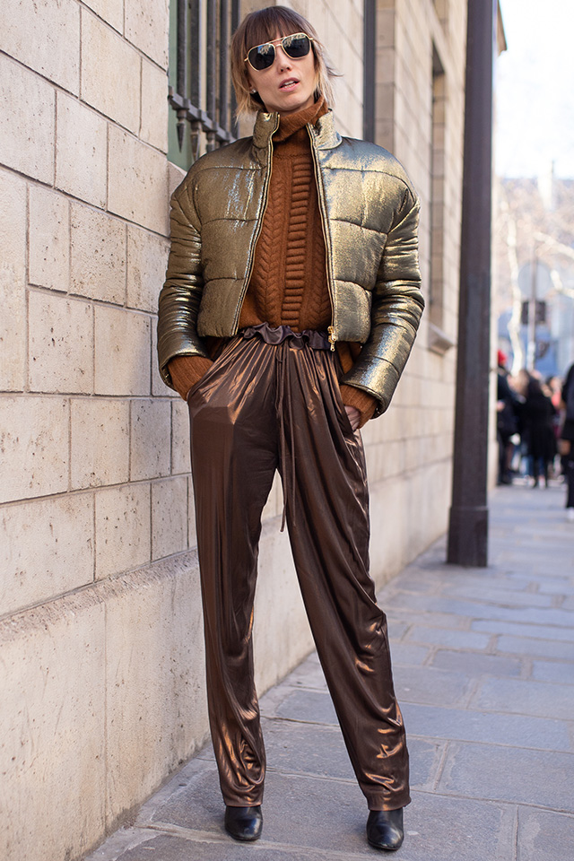 ショート丈のダウンジャケットとパンツのメタリック×メタリックのコーディネイトは上級者向け! ゴールドとブラウンの相性がいいカラーコンビだからまとまり感あるスタイルに仕上がる。