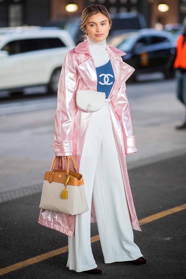 ホワイトカラーのコーディネイトにメタリックピンクのアウターが映える! コンサバティブなスタイルにトレンド感あるアイテムを投入するだけで雰囲気が変わる。ウエストバッグもおしゃれ。