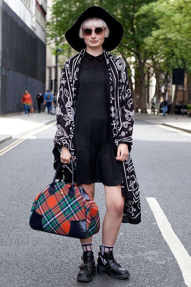 大判ストールをロング丈のガウンのようにスタイリングしたセンスはいただき♪ シンプルなブラックドレスのコーディネートに個性をプラスしてくれる。ヴィヴィアン。ウエストウッドのバッグでパンキッシュなエッセンスをプラス。