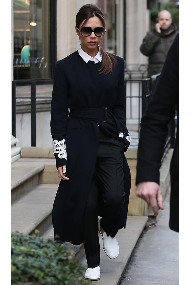 シャツの襟、袖のデザイン、シューズと、差し色的にホワイトを取り入れたモノトーン須タオルが洗練された印象を与えるヴィクトリア・ベッカムのスタイル。ラフにまとめたヘアスタイルもおしゃれさを引き立てている。
