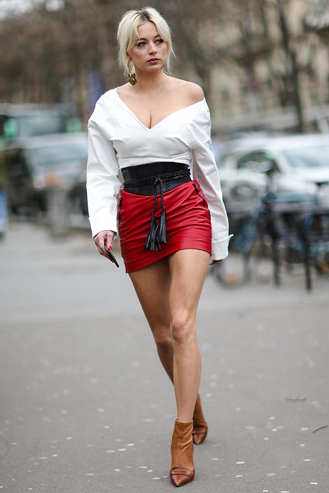 大胆なVカットトップスをオフショルダーで着崩すコーディネイトは、まさに今の気分にぴったり。あえて、デコルテを飾るアクセサリーは控えて、ヘルシーな肌見せを楽しんで♪ デート服にもGood。
