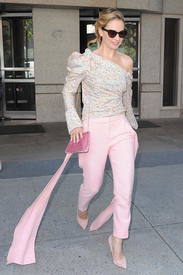 レトロな小花柄トップス×ピンクパンツはレトロガーリーな装い。ワンショルダーでラフさを出したところがおしゃれ上級者のセンス! 足元にはピンヒールを投入して、きちんと感をキープ。
