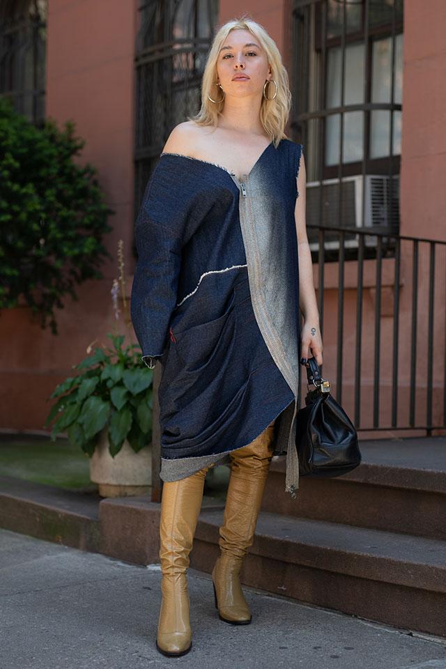 大胆な着こなしだけど、デニムアイテムだからストリート感を保てておしゃれに! アシンメトリーなデザインがより雰囲気よく演出してくれる。足元にはブーツをインして、ひと足早く秋の装いに。