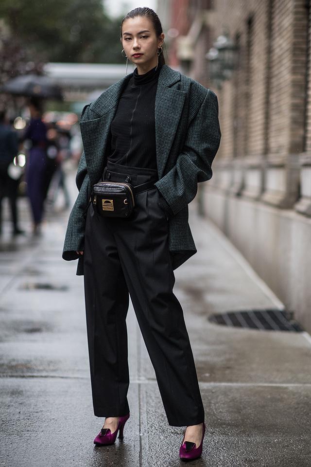 ブラックトーンのコーディネイトにモスグリーンのジャケットをオン。足元にはパンプスをインして、フェミニンさを底上げ。ダークトーンのマニッシュなスタイルの中で女性らしさが光る。