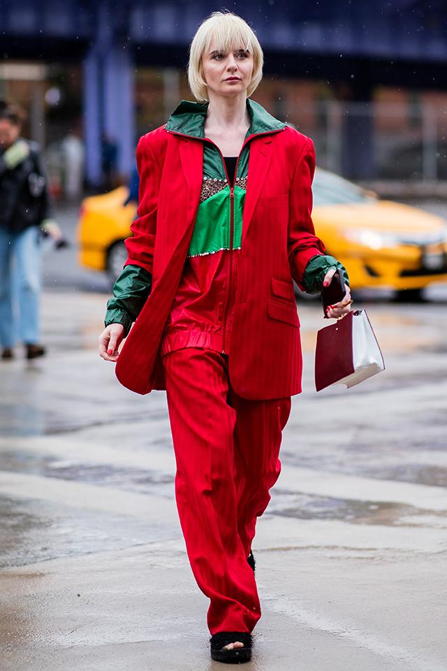 赤色をメインにしたクリスマスカラーのコーディネイトが個性的で素敵! ウェアにインパクトがある分、ノーアクセで仕上げたところがセンスあり。足元には存在感のあるサンダルをインしてバランスをキープ。