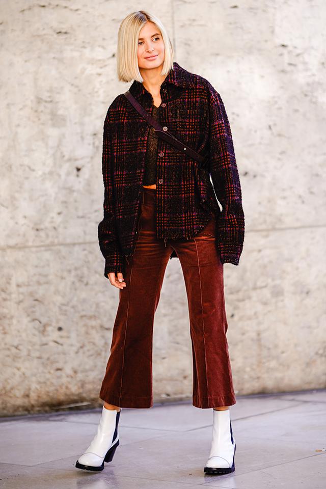 今シーズン注目カラーのボルドーのワントーンスタイルがおしゃれ。チェック柄や光沢感で変化をつけつつ、大人っぽいカジュアルスタイルに。足元のホワイトブーツがアクセント。