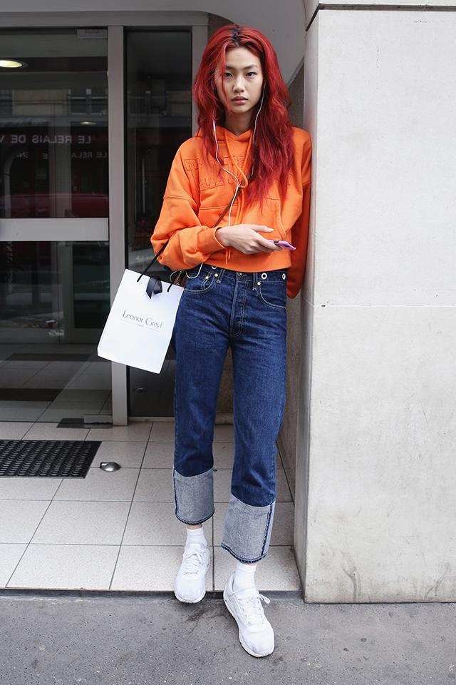 フーディ―×デニムの定番的なシンプルなスタイルも、オレンジカラーを取り入れるだけで新鮮な印象に! カラーアイテムを上手に取り入れて、気慣れているコーディネイトをブラッシュアップ。