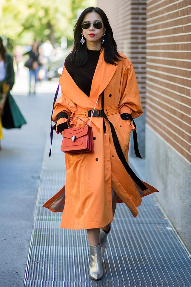少しくすんだトーンのオレンジなら、存在感があるコートで取り入れても、ストリートモードな着こなしが叶う。ブラックカラーのベルトがモードを底上げ! トーン違いのバッグもナイス。