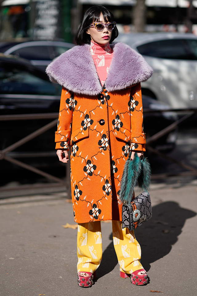 オレンジのコートを主役に、紫のファーケープ、ピンクのタートルネック、イエローのパンツ…と、とことんカラーコーディネイトを楽しんだスタイルが個性的。カラーで遊んでいる分、アクセサリーはミニマムに。