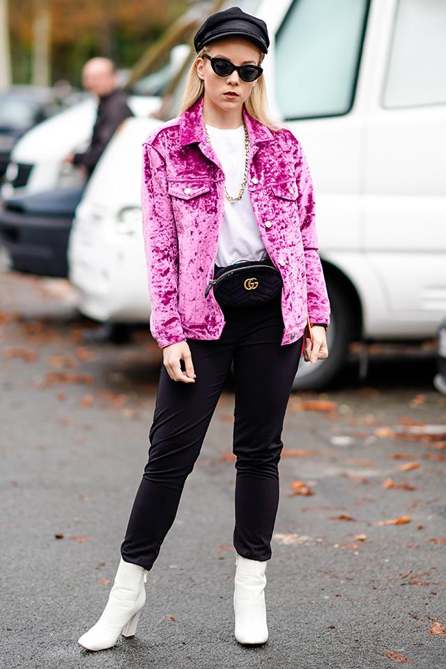 モノトーンルックの差し色にもなっているピンクのベロアジャケットがフレッシュな印象。ウエストポーチとの組み合わせで、レトロな雰囲気が演出される。シャープなサングラスもスタイルにマッチ!