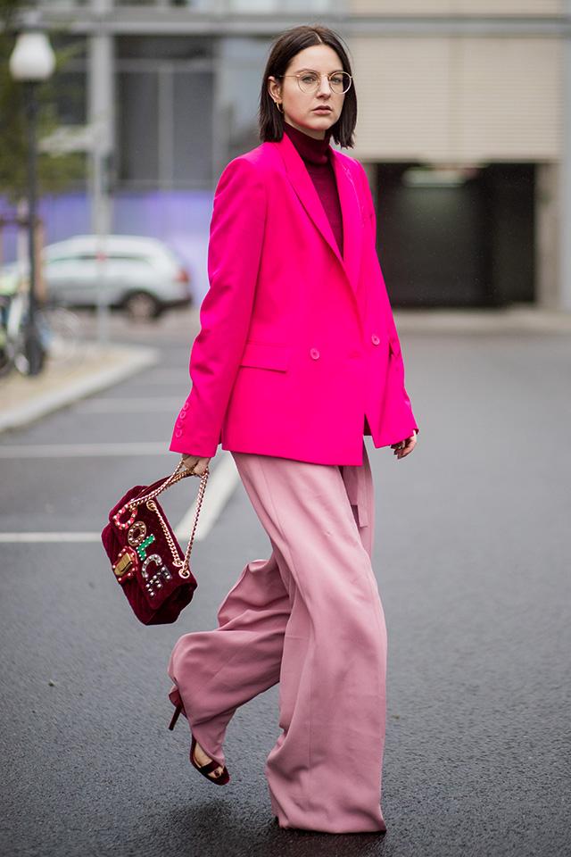柔らかい素材のワイドパンツには、カチッとした印象のジャケットを。トーン違いのピンクでコーディネイトしたスタイルは知的な大人っぽさを演出。インナーや小物類を深みある色で統一したところがセンスあり!