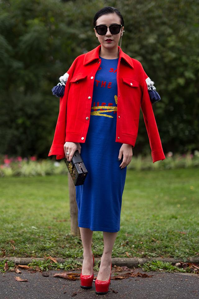 ブルーのニットワンピースにレッドジャケットをオン! ショルダー部分にあしらわれたタッセルデザインが個性的でおもしろい。大胆な2トーンコーデは遊びが効いたアイテムを取り入れて、こなれた印象に。