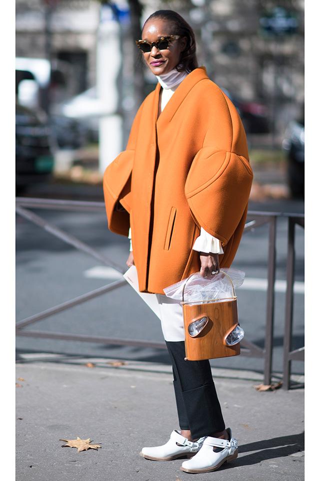 ユニークなスリーブデザインのアウターはまさに今年らしい1着。ボリューム感のある丸みを帯びたシルエットだから、ボトムはタイトにまとめて、ラインのコントラストははっきりと!