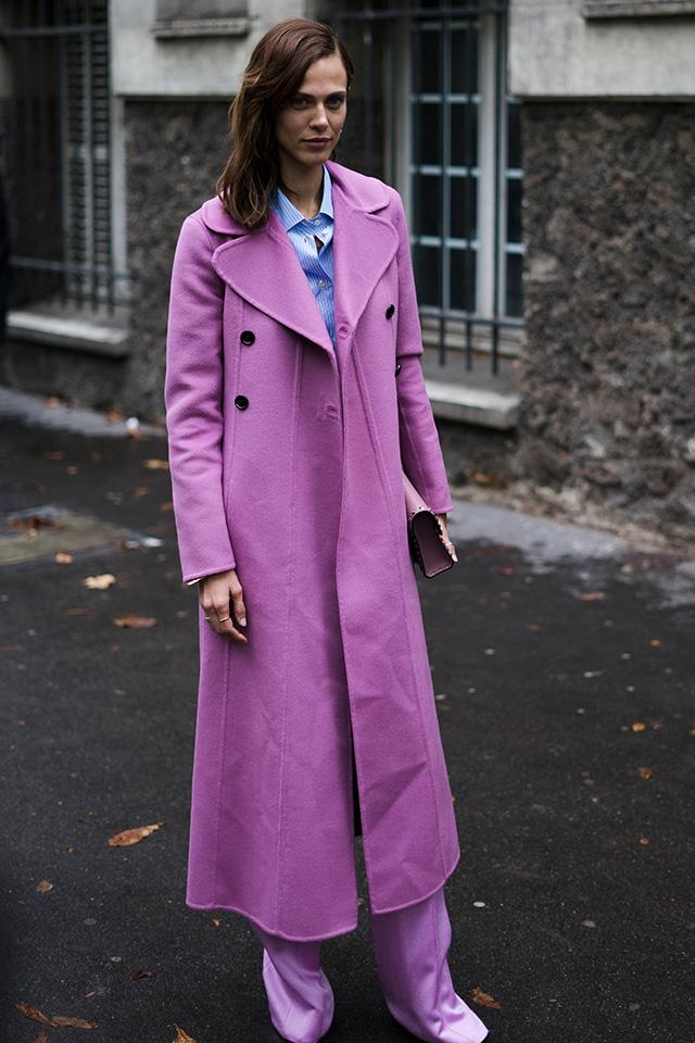 ロングコートはカラーリングで今っぽさを意識。トレンドカラーのピンクは、くすんだトーンを選べば、大人っぽさをキープできる。さらにトーン違いのピンクボトムとスタイリングしてカラーコーデを楽しんで♪